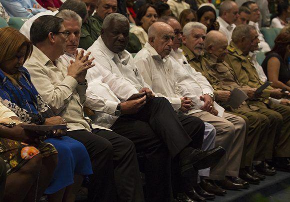 En la primera fila, el Segundo Secretario del Comité Central del Partido Comunista de Cuba, José Ramón Machado Ventura, acompañado de otros miembros del Buró Político y del Secretariado del Comité Central. Foto: Irene Pérez/ Cubadebate.