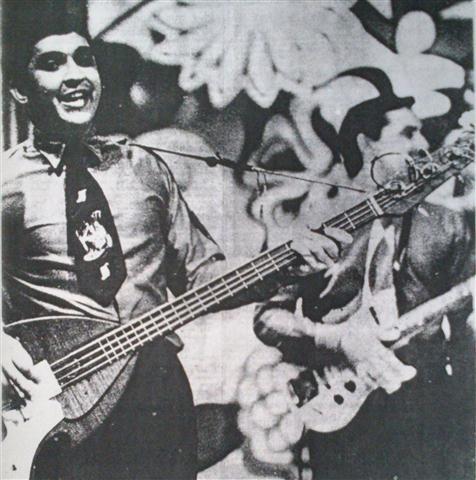 Juan Formell, a la izquierda, tocando la guitarra bajo en la orquesta Revé (1969)