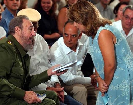 Durante la presentación en Casa de las Américas de varios títulos del escritor paraguayo Augusto Roa Bastos, en agosto de 2003, se produjo la conversación que refleja la instantánea. Magda Resik aparece respondiendo a las interrogantes del líder de la Revolución cubana Fidel Castro.