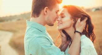 pareja-besandose-al-aire-libre