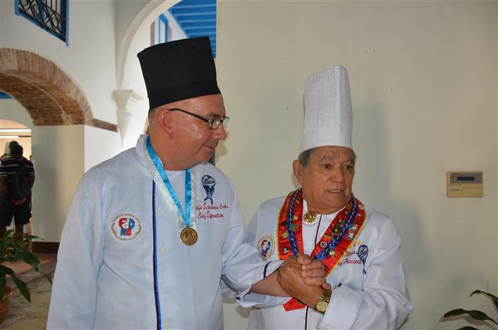 Ramiro Macías González, Presidente de la Asociación Culinaria de Varadero, y Adolfo Espinosa, Chef Ejecutivo e impulsor de los cursos de cocina artística en Matanzas