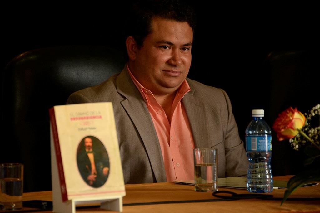 Evelio Traba durante la presentación de El camino de la desobediencia, publicado en Cuba por Ediciones Boloña. (Foto de Néstor Martí)