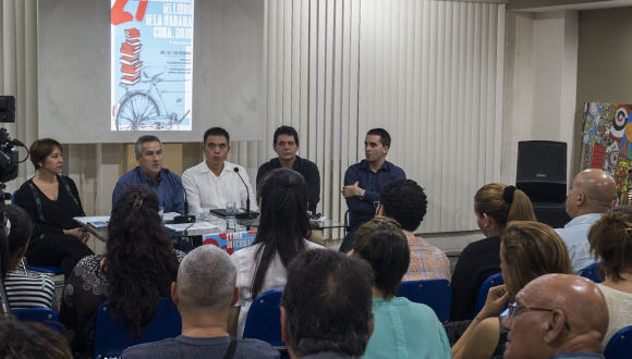 El Sr. Yau Fei, Consejero Político de la Embajada de China en Cuba, participó en la primera conferencia de prensa de la 27 Feria del Libro de La Habana. Foto: Leysi Rubio/Cubadebate