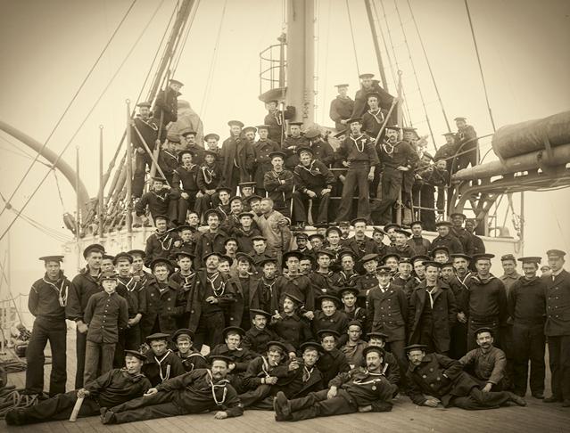 La tripulación del buque estadounidense Maine posa en grupo en 1898, poco antes de la fatal explosión