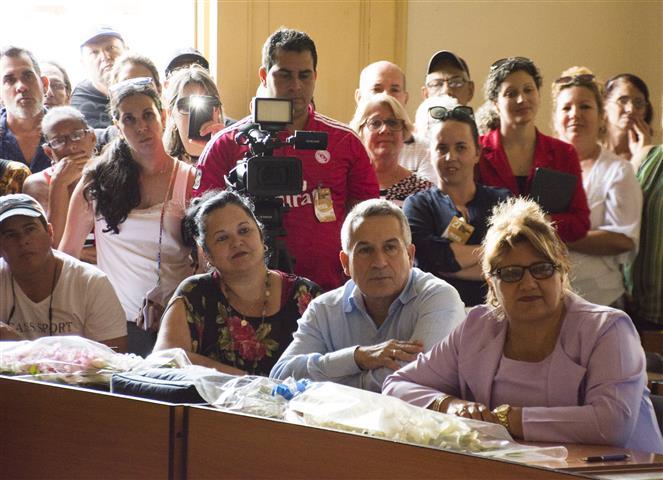 dirigentes de cienfuegos asisten al acto (Small)