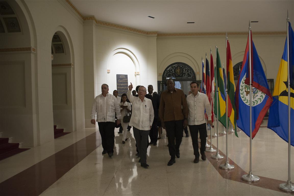 presidente kenya y leal recorrido por el capitolio 50 (Medium)
