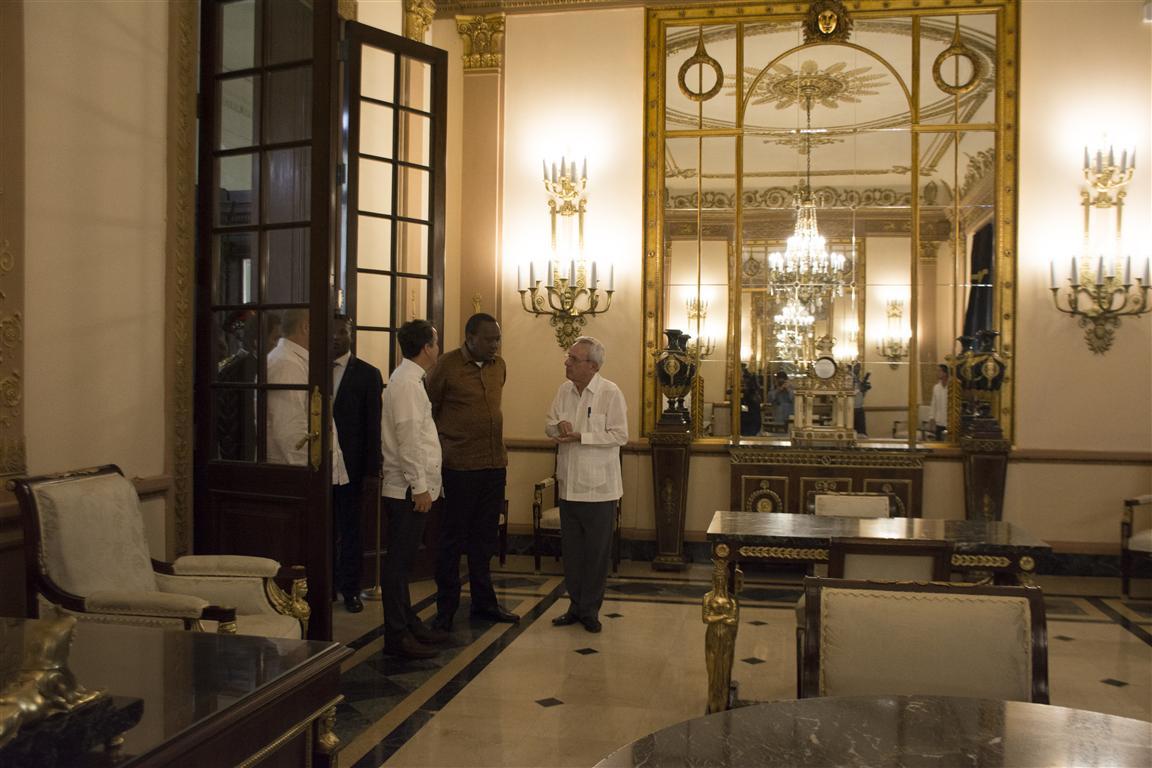 presidente kenya y leal recorrido por el capitolio 57 (Medium)
