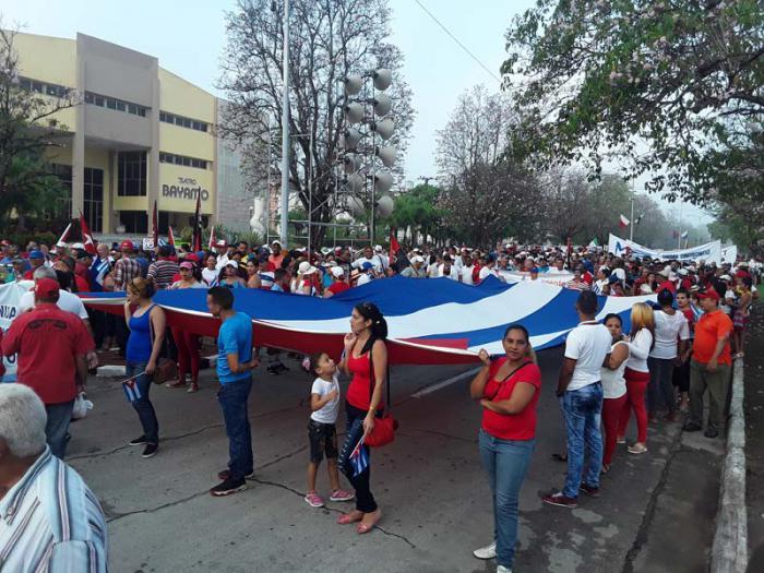 El pueblo de Bayamo, capital de la provincia de Granma, listo para el primer paso del desfile obrero, en la avenida Felino Figueredo hasta la Plaza de la Patria. Unidas en la marcha, todas las generaciones de cubanos. Foto: Dilbert Reyes Rodríguez