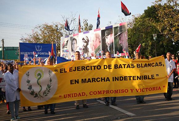 Los trabajadores de la salud encabezaron la gran marcha proletaria del Primero de Mayo, en la Plaza de la Revolución Mayor General Serafín Sánchez Valdivia, en Sancti Spíritus. Foto: Oscar Alfonso Sosa/ ACN.