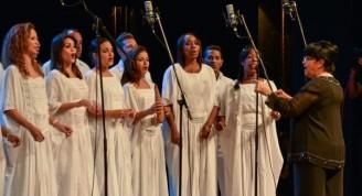 Actuación de la maestra Digna Guerra y el coro Entrevoces, durante la entrega del Premio Nacional de Música 2015, a la cantante Beatriz Márquez, por la obra de toda la vida, en el teatro Nacional de Cuba, en La Habana, el 7 de mayo de 2016. ACN FOTO/Marcelino VAZQUEZ HERNANDEZ/ogm