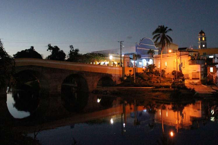 Vista nocturna del puente sobre el río Yayabo y el teatro Principal. (Fotos: PL)