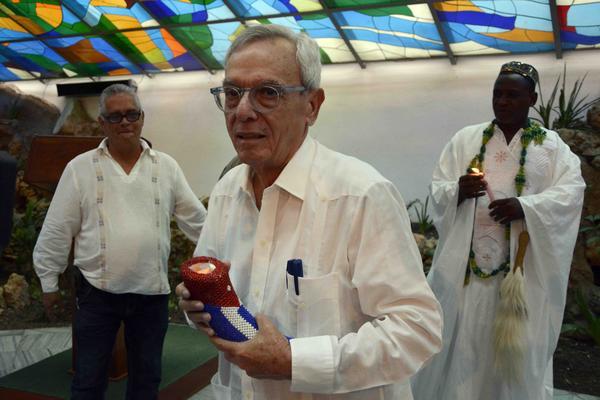 El Dr. Eusebio Leal Spengler (C), Historiador de La Habana, recibió la Mpaka y el certificado del Premio Internacional del Caribe, en ceremonia celebrada en el Salón de los Vitrales de la Plaza de la Revolución de Santiago de Cuba, el 6 de julio de 2018. ACN FOTO/Miguel RUBIERA JÚSTIZ/ogm