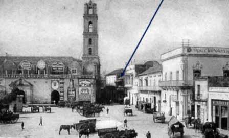 Imagen antigua de la plaza y el edificio
