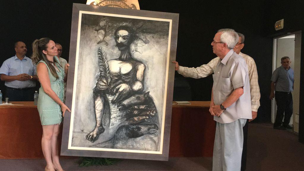 El Doctor Leal Spengler recibe una obra del artista Nelson Domínguez