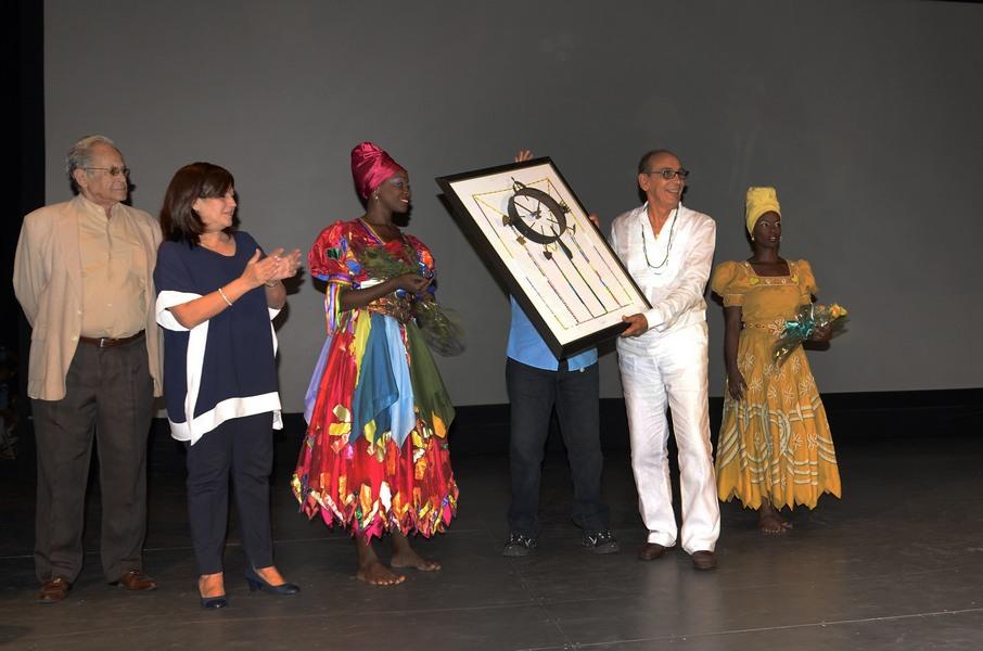 Manolo Micler recibiendo el Premio Nacional de Danza 2017