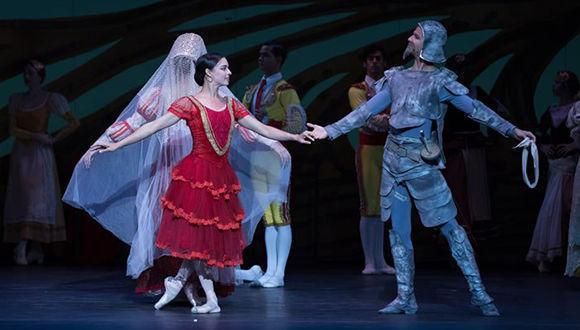 Viengsay Valdés como Kitri y Yansiel Pujada como Don Quijote en el Quijote del Ballet Nacional de Cuba. Foto: Teresa Wood/ DC Theatre Scene.