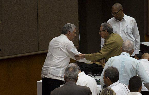 Raúl y Díaz-Canel se saludan al concluir el discurso. Foto: Irene Pérez/ Cubadebate.