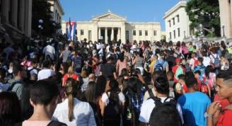 Estudiantes de la Universidad de La Habana suben la escalinata rumbo a las aulas, en el inicio del curso escolar 2017-2018, en La Habana, Cuba, el 4 de septiembre de 2017. ACN FOTO/Omara GARCÍA MEDEROS/sdl