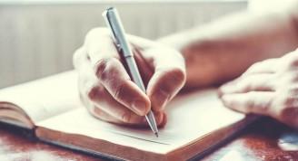 mano-escribiendo-con-una-pluma-1