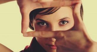 mujer-encuadrando-con-las-manos-su-mirada