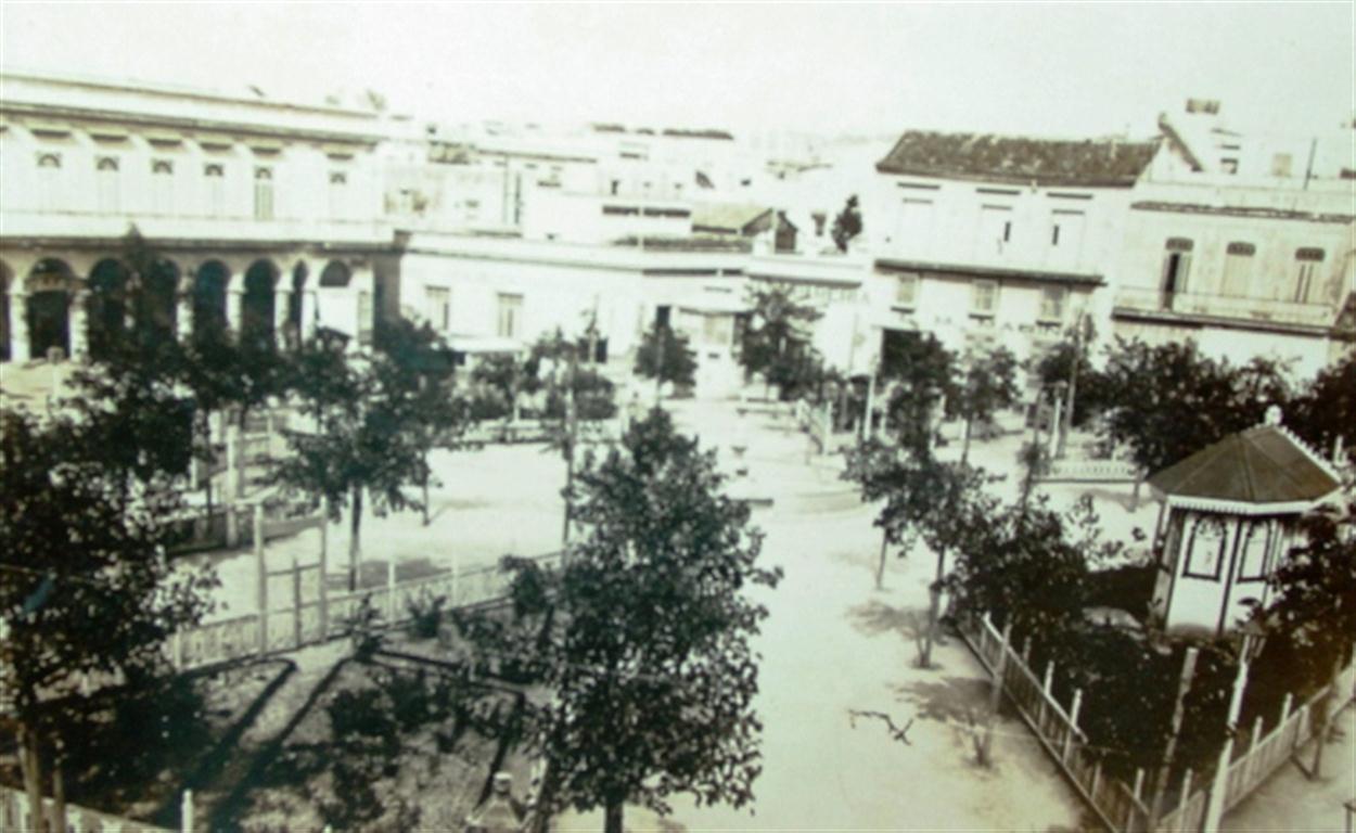 Plazuela de San Juan de Dios con fuente en el centro,1899