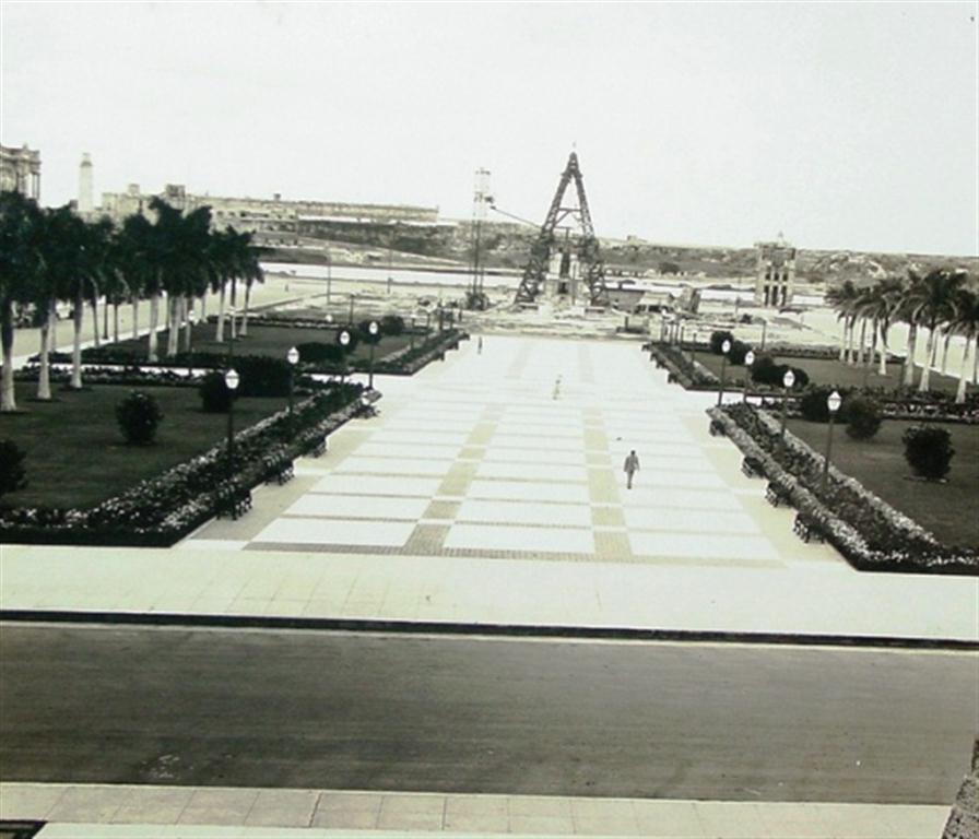 El parque. En la distancia, Monumento a Máximo Gómez-construcción-1935