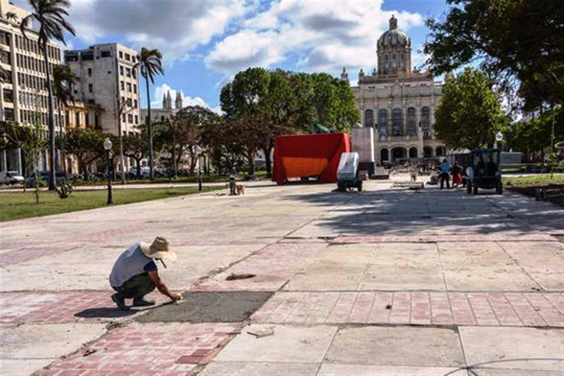Parque. Trabajos para emplazamiento de la estatua