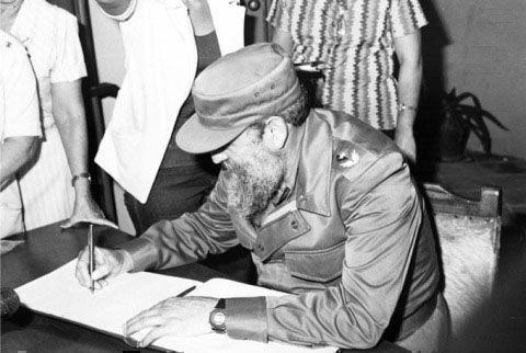 Fidel Castro firma libro de visitantes en el Museo Casa Natal de Céspedes, 19 de diciembre de 1986.