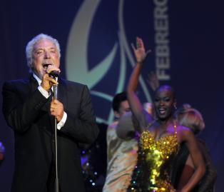 El cantante y actor británico Tom Jones durante su actuación este 28 de febrero de 2014 en la cena de clausura del XVI Festival del Habano. EFE