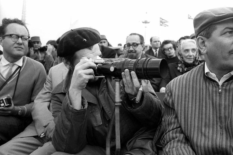 Che con camara fotografica el 2 de Enero de 1964 en la Plaza de la Revolucion, La Habana, Cuba. Foto: Liborio Noval