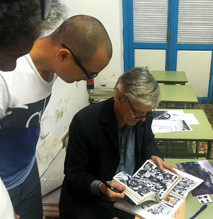 El autor compartiendo con jóvenes caricaturistas cubanos
