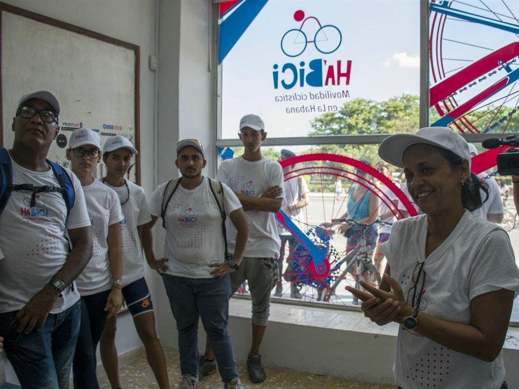 Nayvis Díaz Labaut, directora del proyecto Velo Cuba, y su equipo