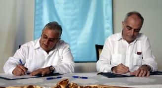 Alberto Navarro González (D), embajador de la Unión Europea en Cuba, junto a Luis Carlos Góngora Domínguez (I), vicepresidente del Consejo de la Administración Provincial del Poder Popular (CAP), firman contrato de subvención en el teatro Mella, en La Habana, el 19 de diciembre de 2018.      ACN  FOTO/ Ariel LEY ROYERO/ rrcc