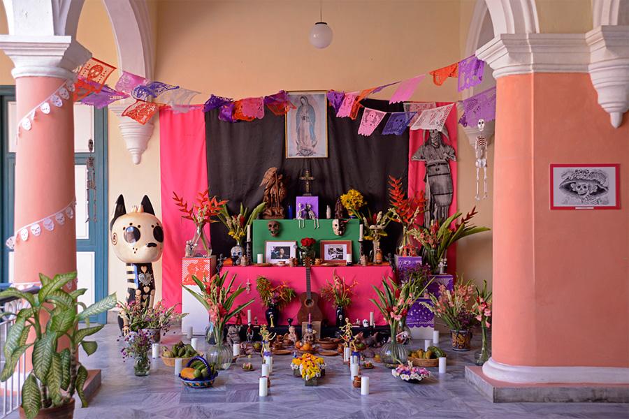 Altar del Día de los Muertos en la Casa de México