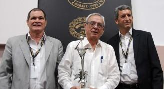 El Doctor Eusebio Leal Spengler (C), junto a Inocente Núñez Blanco (I) y  Luis Sánchez-Harguindey (D), copresidentes de Habanos S.A.   luego de serle otorgado el Premio Habano Honorífico, al Historiador de La Habana, en el marco del XXI Festival del Habano, que tiene por sede el Palacio de Convenciones,  Cuba, el 20 de febrero de 2019. ACN FOTO/Omara GARCÍA  MEDEROS