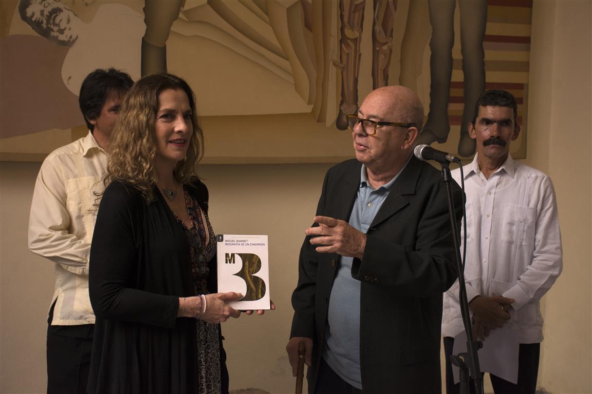 barnet entrega libro a la primera dama (Medium)