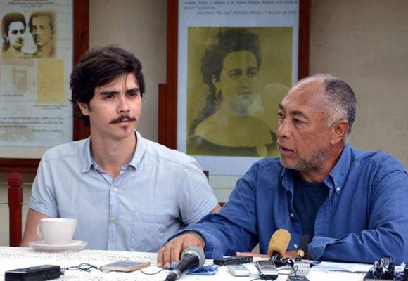 El cineasta cubano Rigoberto López (D), director de la película El Mayor, junto al actor Daniel Romero Pildain, protagonista del filme, en conferencia de prensa en la ciudad de Camagüey, el 16 de enero de 2018. Foto: Rodolfo Blanco/ ACN.