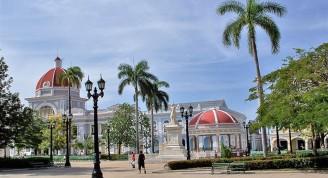 Parque Martí, en Cienfuegos, Cuba. Al fondo, a la izquierda, el Palacio de Gobierno (con su espléndida cúpula roja), sede de la Asamblea Provincial del Poder Popular; y a su lado, el Museo Provincial, antigua sede del Casino Español. Foto:Ildefonso Igorra López ©