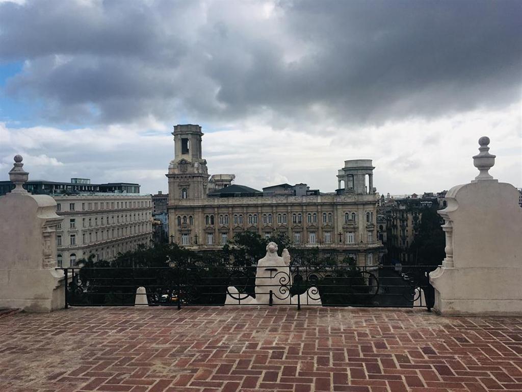 Desde la cima es posible observar el Parque Central, El Museo de Bellas Artes Universales y el recién inaugurado Hotel Manzana de Gómez.