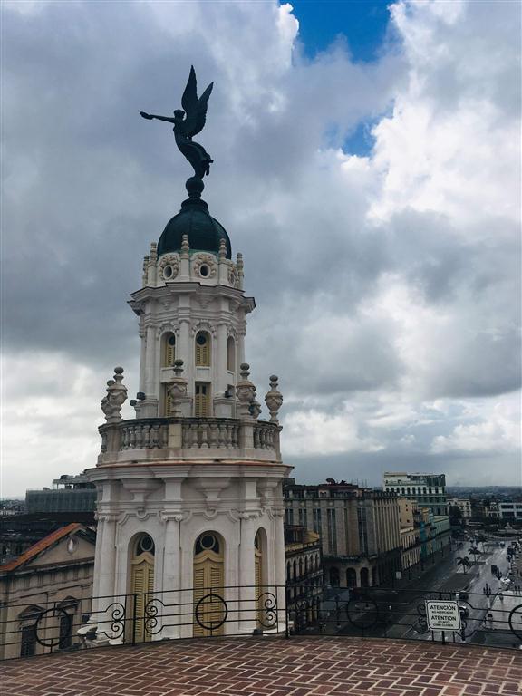 Un ángel observa La Habana vivir en lo acelerado de los tiempo actuales, mientras el Gran Teatro Alicia Alonso se infiltra en la cotidianeidad de los que llegan a sus puerta, a los que caminan constantemente las calles aledañas.