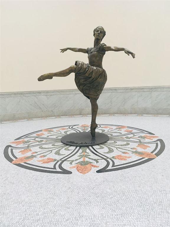 En 1914 se inauguró para acoger al Centro Gallego de La Habana, no fue hasta 1985 que adoptó el nombre de Gran Teatro de La Habana. Como homenaje a la íntima relación de la Prima Ballerina Assoluta Alicia Alonso, quién dirigiera al centro durante 70 años, se le otorgó su nombre a este importante escenario del ballet mundial.
