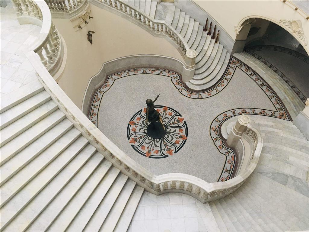 Desde cualquier punto de su interior es posible observar la estatua en bronce que el artista José Villa Soberón hiciera a imagen y semejanza de Alicia Alonso. Desde sus escaleras parece que baila para todo aquel que entre al Gran Teatro.