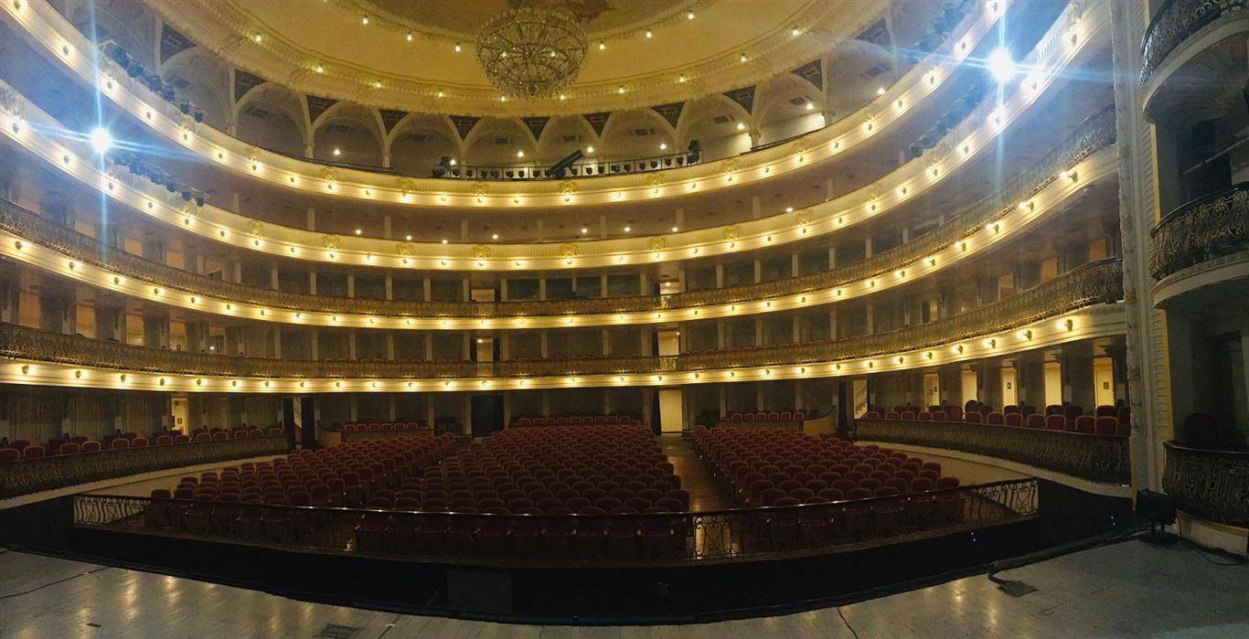 El recorrido permite observar desde el propio escenario un coliseo vacío expectante de las noches de ballet, ópera y opereta, así como ver desde el sótano los mecanismos y la trampilla que hacían ascender a Giselle sobre su tumba al final de la obra homónima