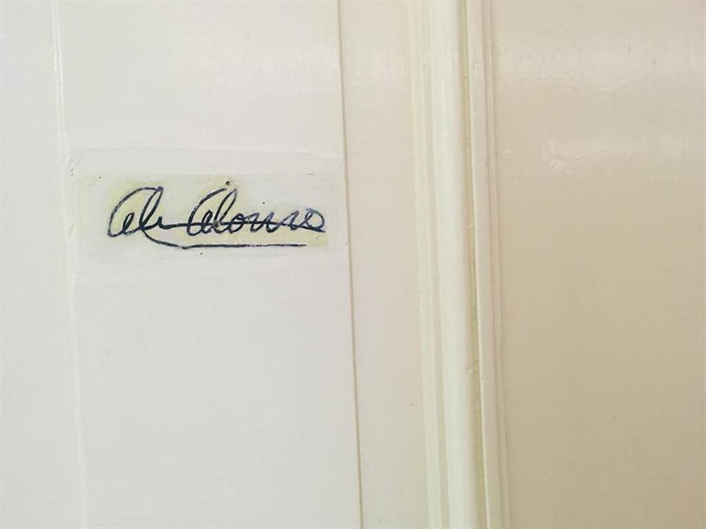 Una vez fuera de la escenografía, te conducen a los pasillos de los camerinos en el que uno de ellos destaca por la firma de la Prima Ballerina Assoluta en su puerta