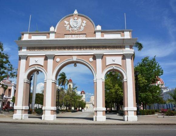 El Arco de los Obreros de Cienfuegos a la República Cubana, ubicado en el parque Martí es el único de su tipo existente en Cuba (Foto: Modesto Gutiérrez Cabo)