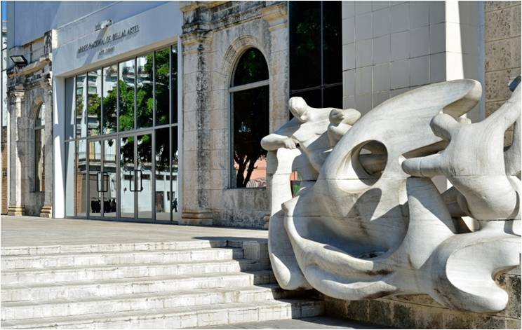 Bellas Artes. Escultura de Rita Longa