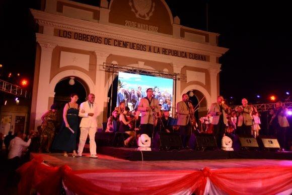 Una velada conmemorativa por los 200 años de Cienfuegos y el aniversario 80 de la Orquesta Aragón tuvo lugar este domingo en espera del 22 de abril (Foto: Modesto Gutiérrez Cabo)