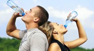 pareja-bebe-agua
