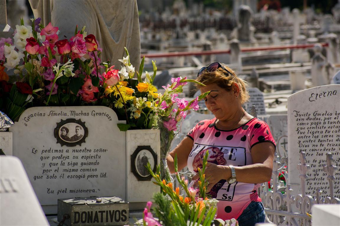 5 Mujer con flores en la Milagrosa (Medium)