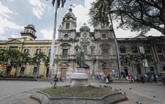 El conjunto arquitectónico está integrado por la iglesia (centro), Universidad de Antioquia, (izquierda) y el Claustro de Comfama. Foto Robinson Sáenz